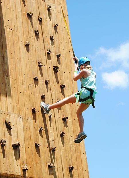 ściana wspinaczkowa - jedna z wielu aktywności na campie